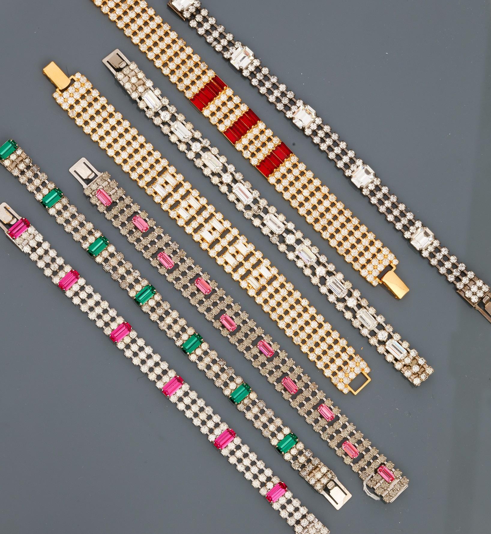 Lot 0M - Lot : Sept bracelets plats en métal doré et argenté rhodié, recouverts de strass [...]
