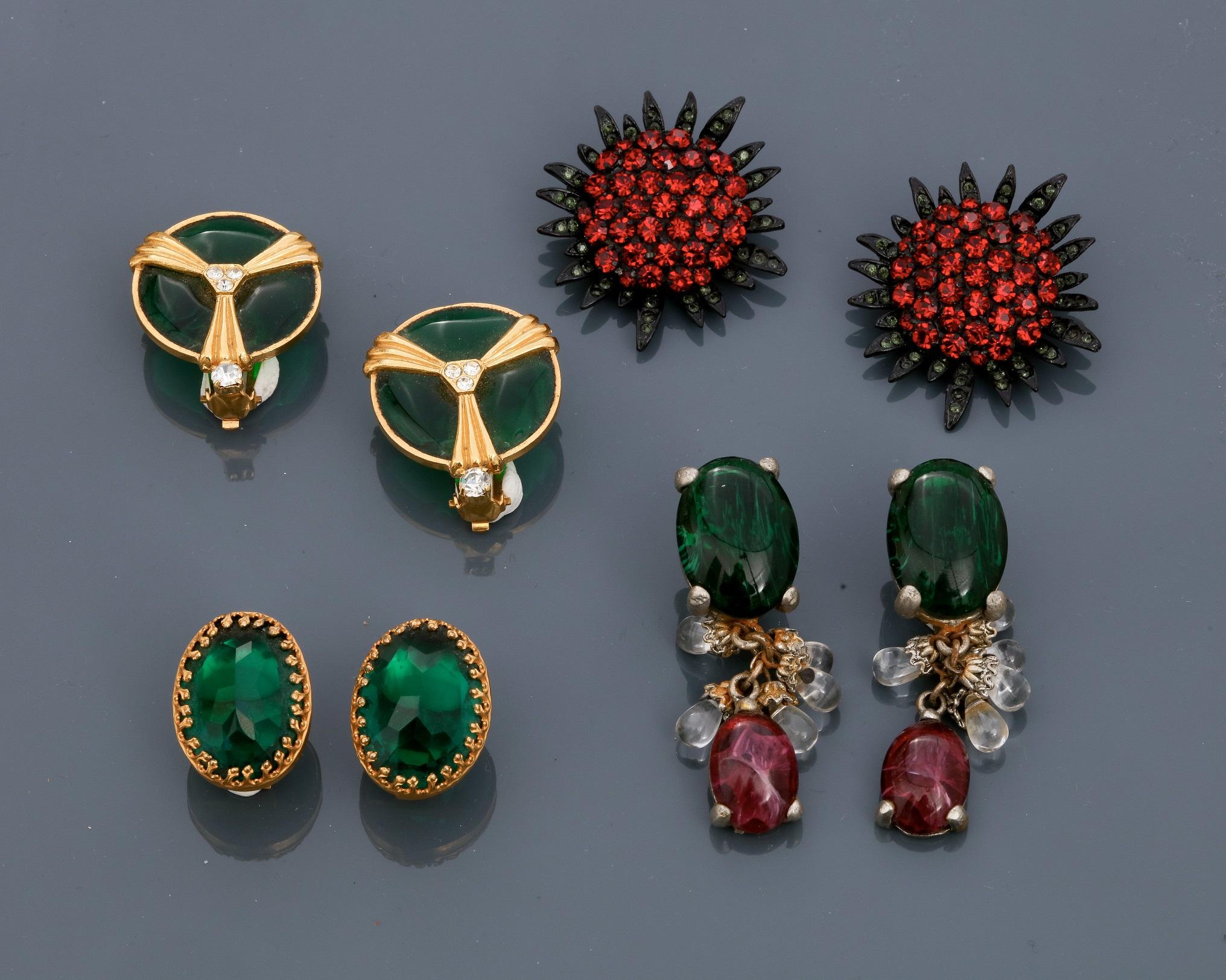 Lot 0O - Lot : Quatre clips d'oreilles en métal doré et argenté rhodié, recouverts de [...]