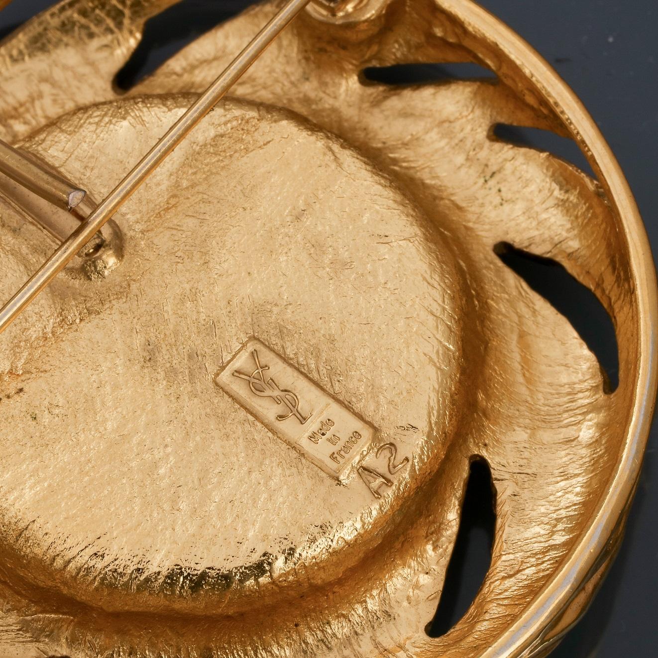 Lot 0Q - Lot : Deux broches - pendentif rondes en métal doré rhodié, l'une signée St [...]