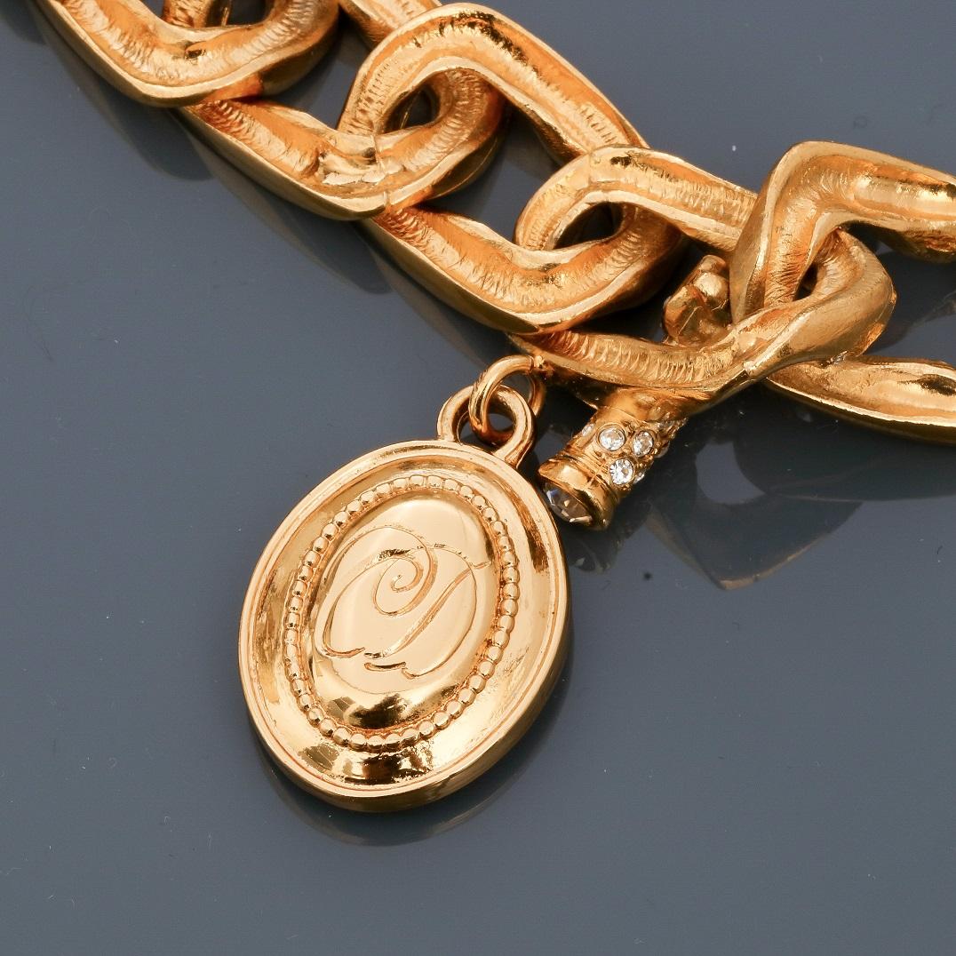 Lot 0S - DIOR, Demi parure en métal doré rhodié, Bracelet appliqué d'émail blanc cassé [...]