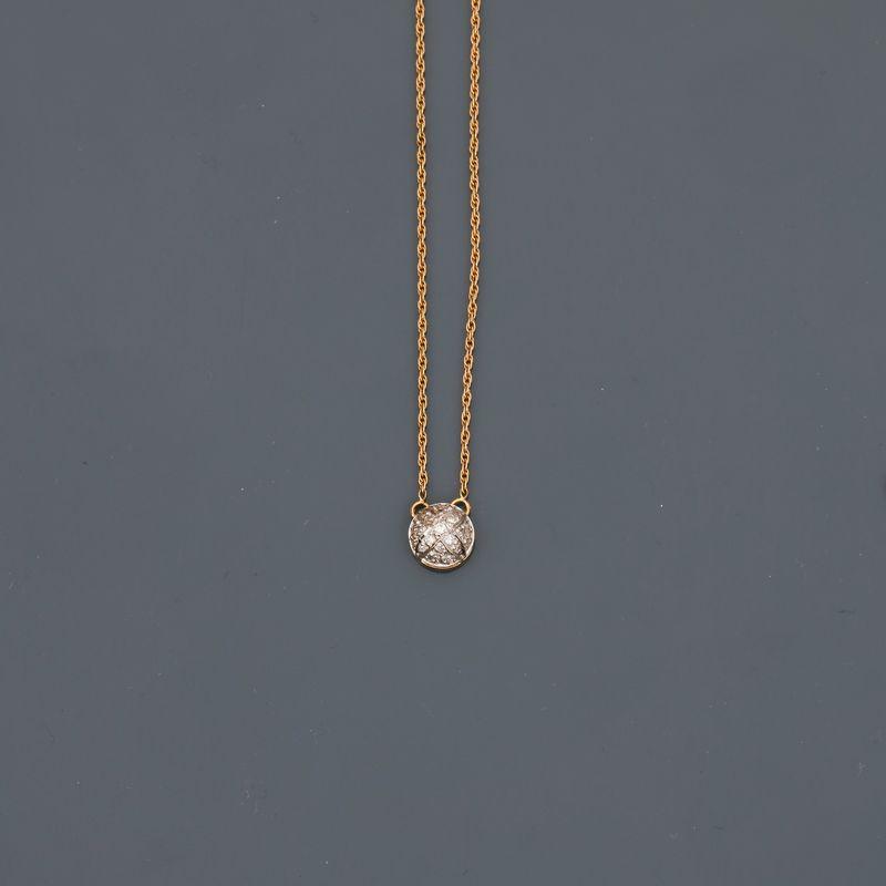 Lot 10 - Collier en or jaune, 750 MM, centré d'un motif bombé recouvert de diamants, [...]