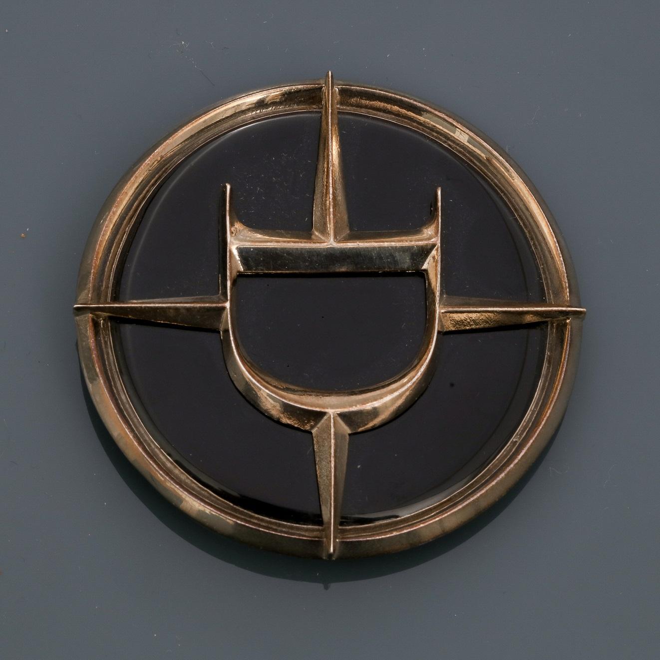 Lot 0P - DIOR, Broche - pendentif ronde en métal argenté rhodié, appliquée d'émail noir, [...]