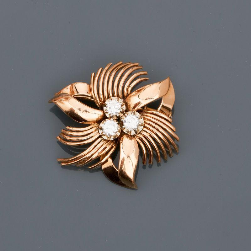 """Lot 26 - Broche """" fleur """" en or jaune 750MM et , platine 900 MM, centrée de trois diamants [...]"""