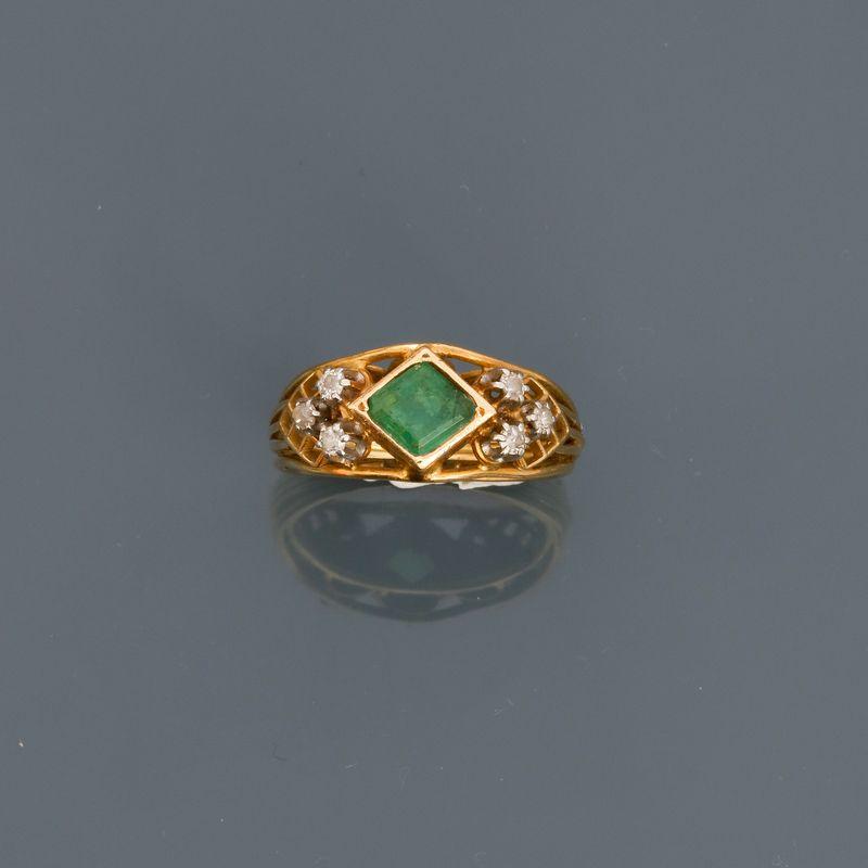 Lot 4 - Bague en or jaune, 750 MM, centrée d'une émeraude entre deux motifs diamantés, [...]