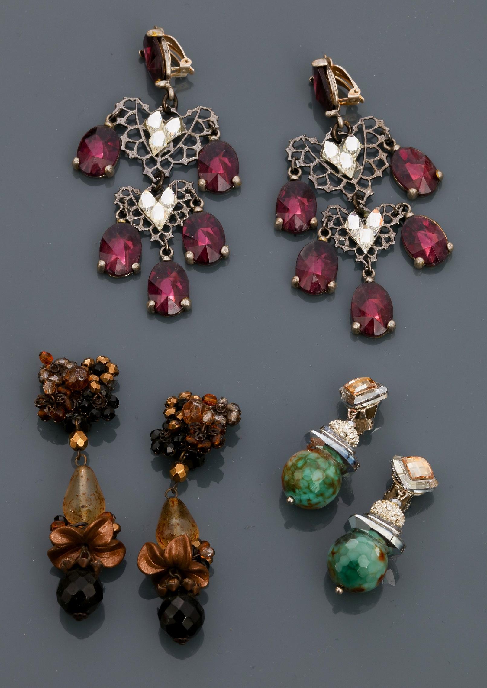 Lot 0N - Lot : Trois paires de clips d'oreilles longs ornés de pâte de verre et cristal [...]