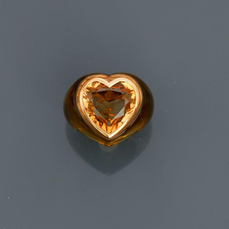 Lot 29 - Bague en résine jaune, ornée d'une citrine taille coeur sertie d'or jaune 750MM, [...]