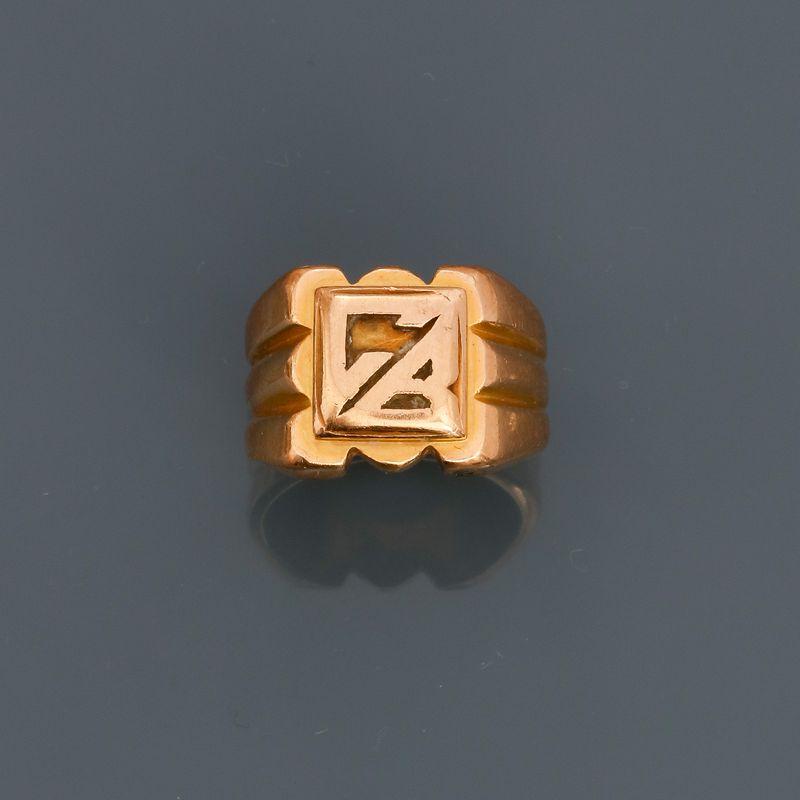Lot 34 - Bague chevalière en or jaune, 750 MM, initiales C.B, en l'état, taille : 49, poids [...]