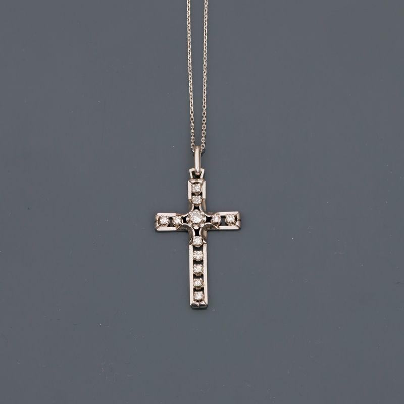 """Lot 20 - Chaîne et pendentif """"croix"""" en or gris, 750 MM, soulignée de diamants, longueur 40 [...]"""