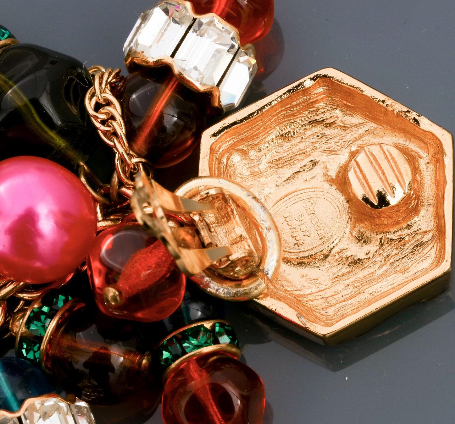 Lot 0D - Lot : Parure collier et clips d'oreilles recouverts de cabochons colorés en pate de [...]