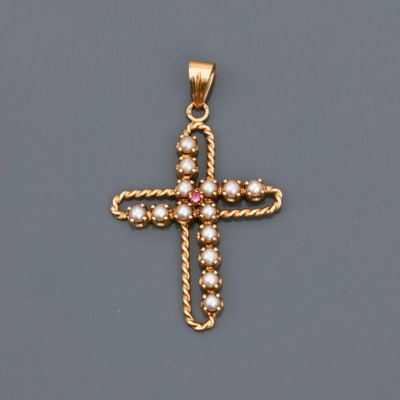 Lot 32 - Pendentif en croix d'or jaune, 750 MM, torsadé, ornée de demi-perles, dimensions : [...]