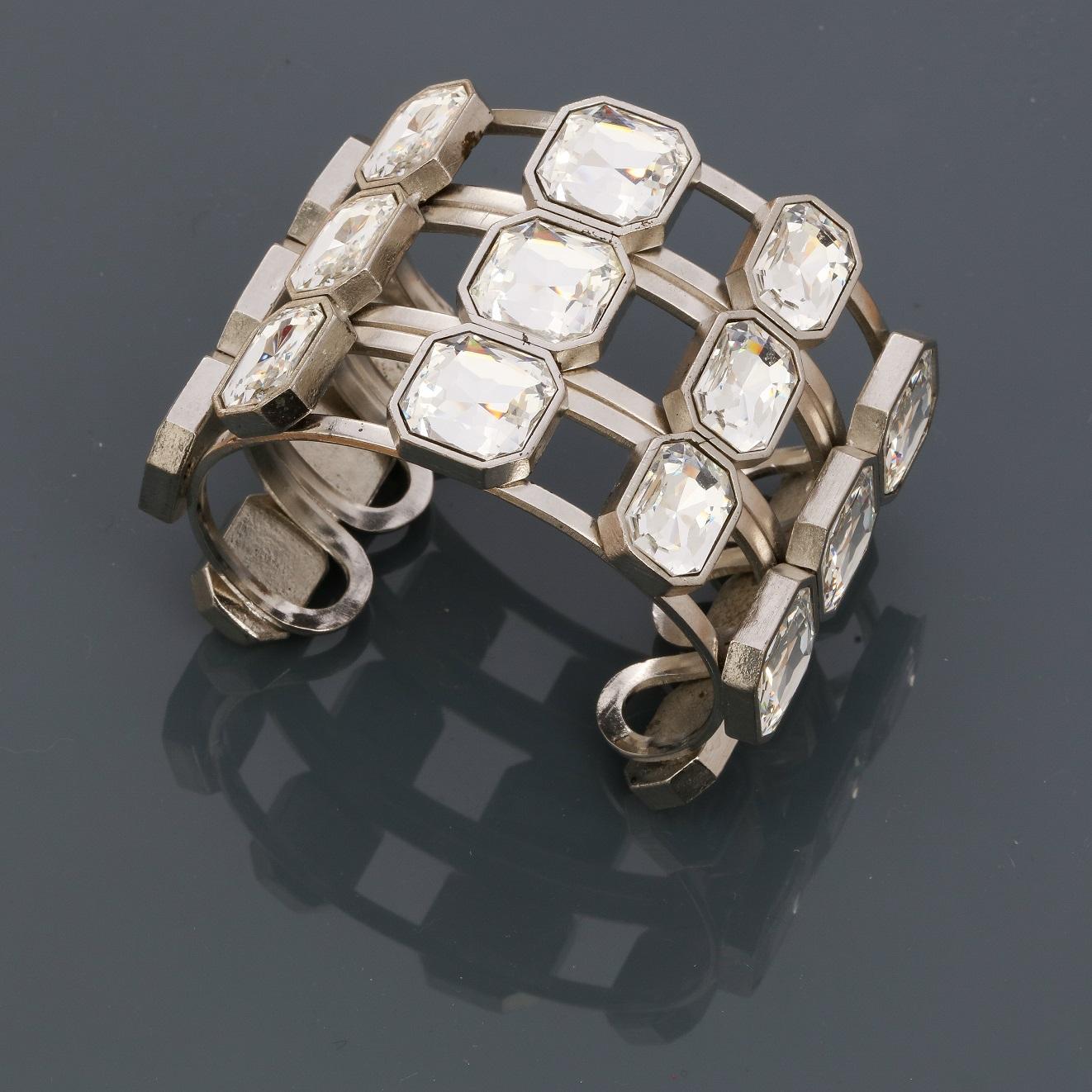 """Lot 0K - Yves St LAURENT, Bracelet """" Manchette """" en métal rhodié, recouvert de strass """" [...]"""