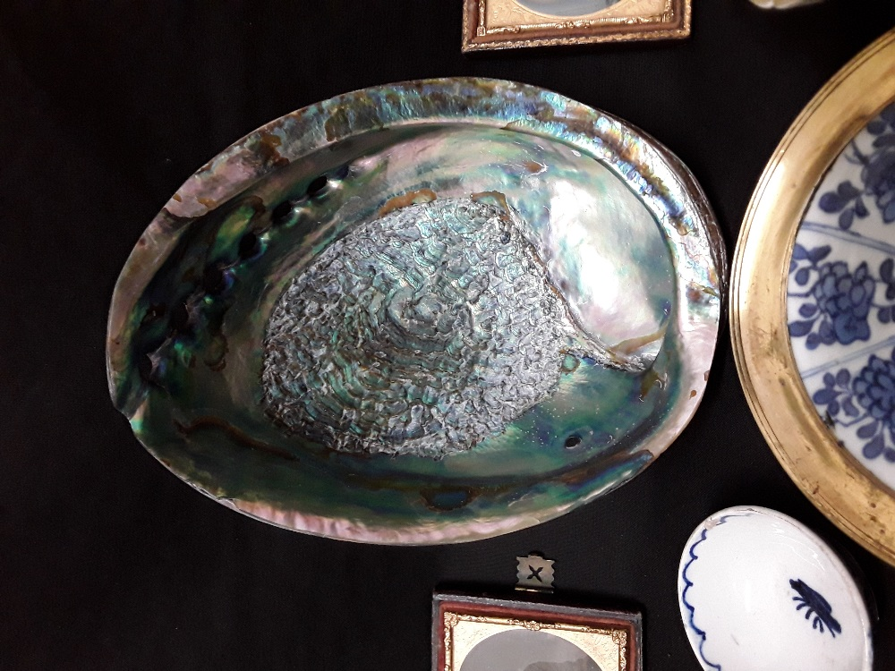 Lot 21 - An assortment of mixed colectabuls including Japanese rice bowls treem dishes abalone shell, etc