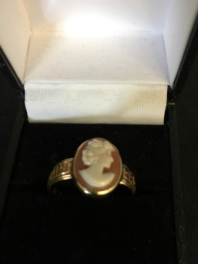 Lot 51 - A 18ct gold cameo ring.