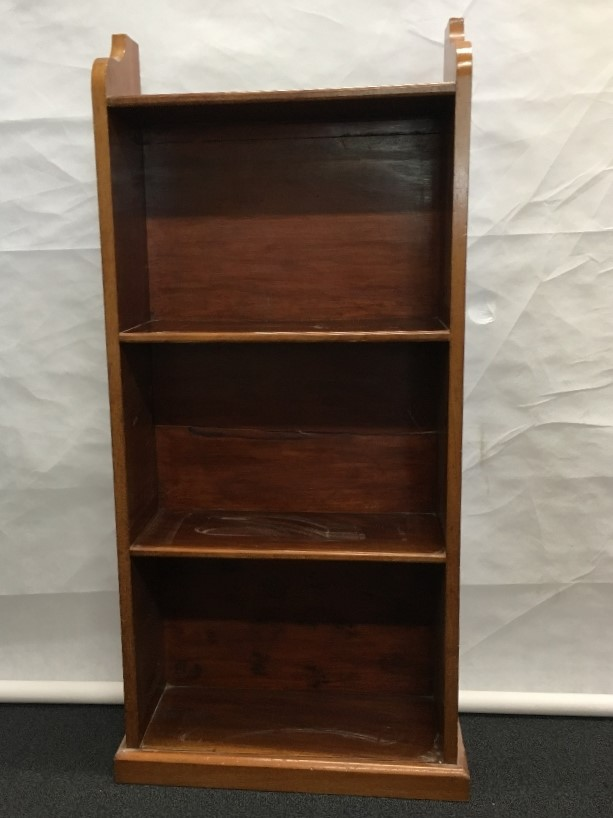 Lot 400 - A four tiered shelving unit.