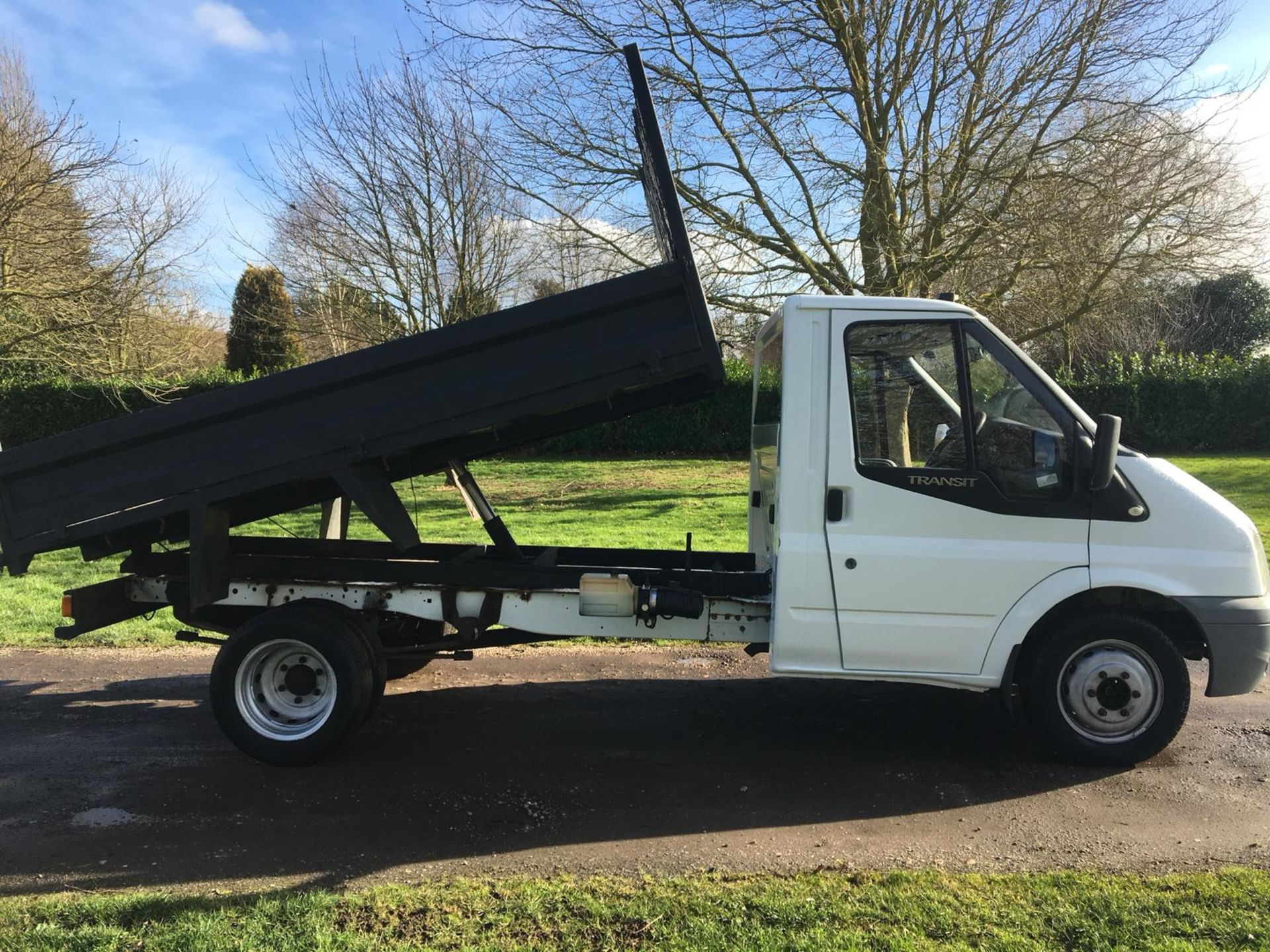 Lot 22 - 2007/57 REG FORD TRANSIT 100 T350M RWD WHITE 2.4 DIESEL TIPPER, SHOWING 0 FORMER KEEPERS *NO VAT*