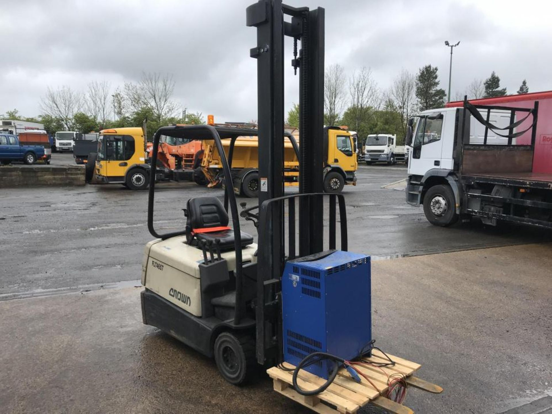 Lot 76 - 1998 CROWN ELECTRIC FORKLIFT TRUCK - CHARGER INCLUDED, GOOD WORKING ORDER *PLUS VAT*