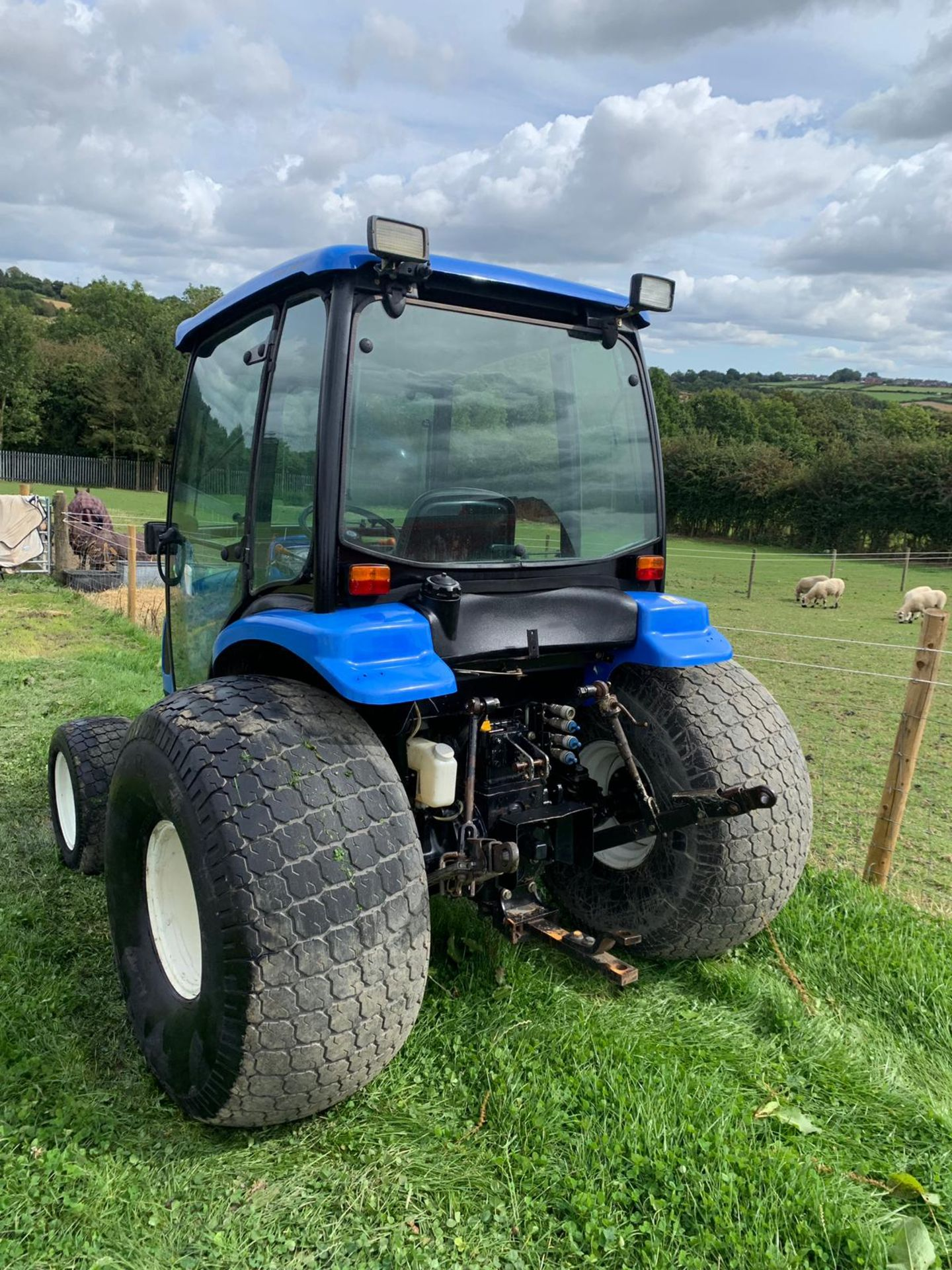 Lot 36 - NEW HOLLAND TC40DA COMPACT TRACTOR WITH FULL GLASS CAB, 3 POINT LINKAGE *PLUS VAT*