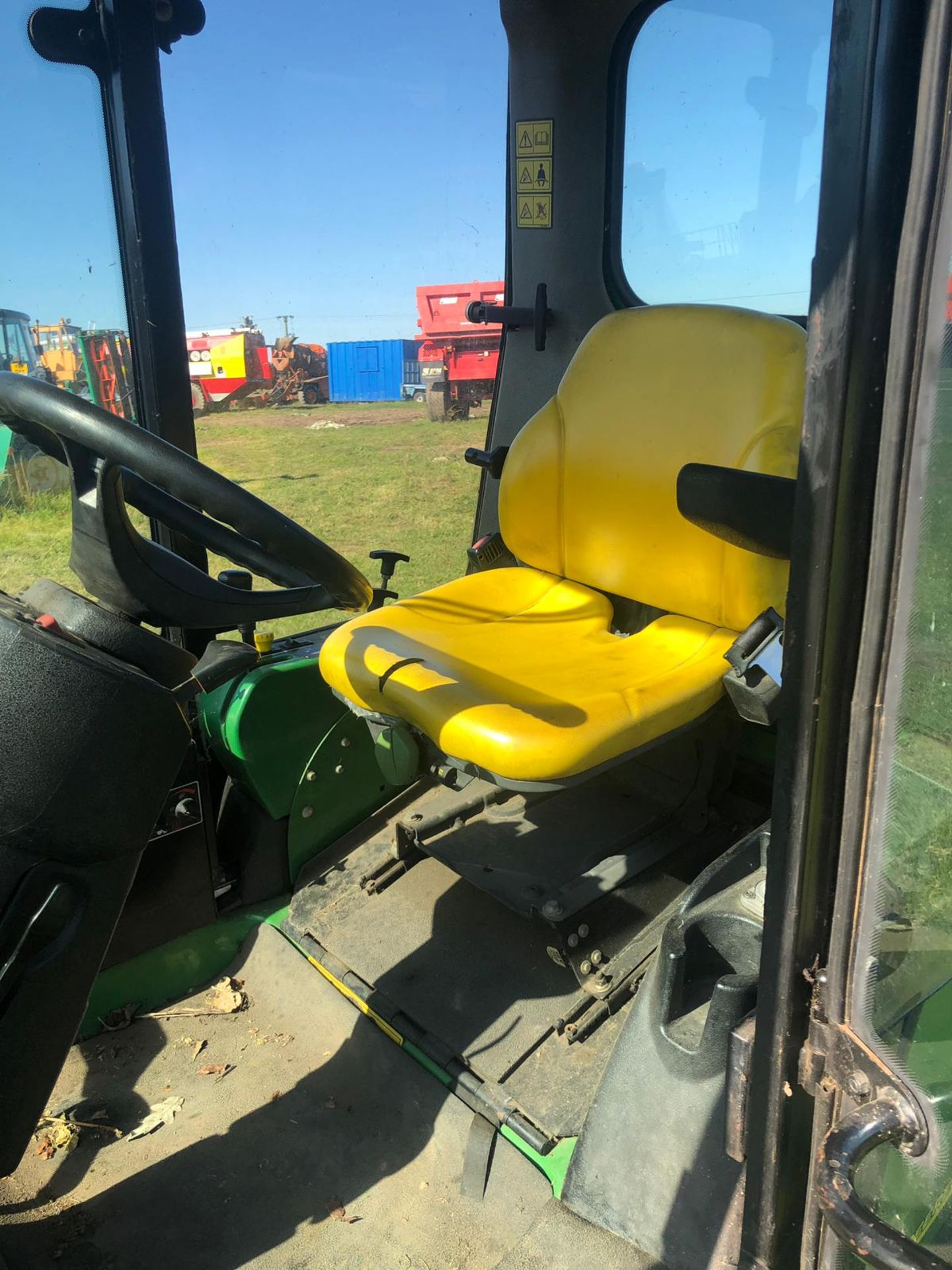 Lot 22 - JOHN DEERE 1545 RIDE ON LAWN MOWER WITH FULL CAB, YEAR 2006, RUNS, WORKS AND CUTS *PLUS VAT*