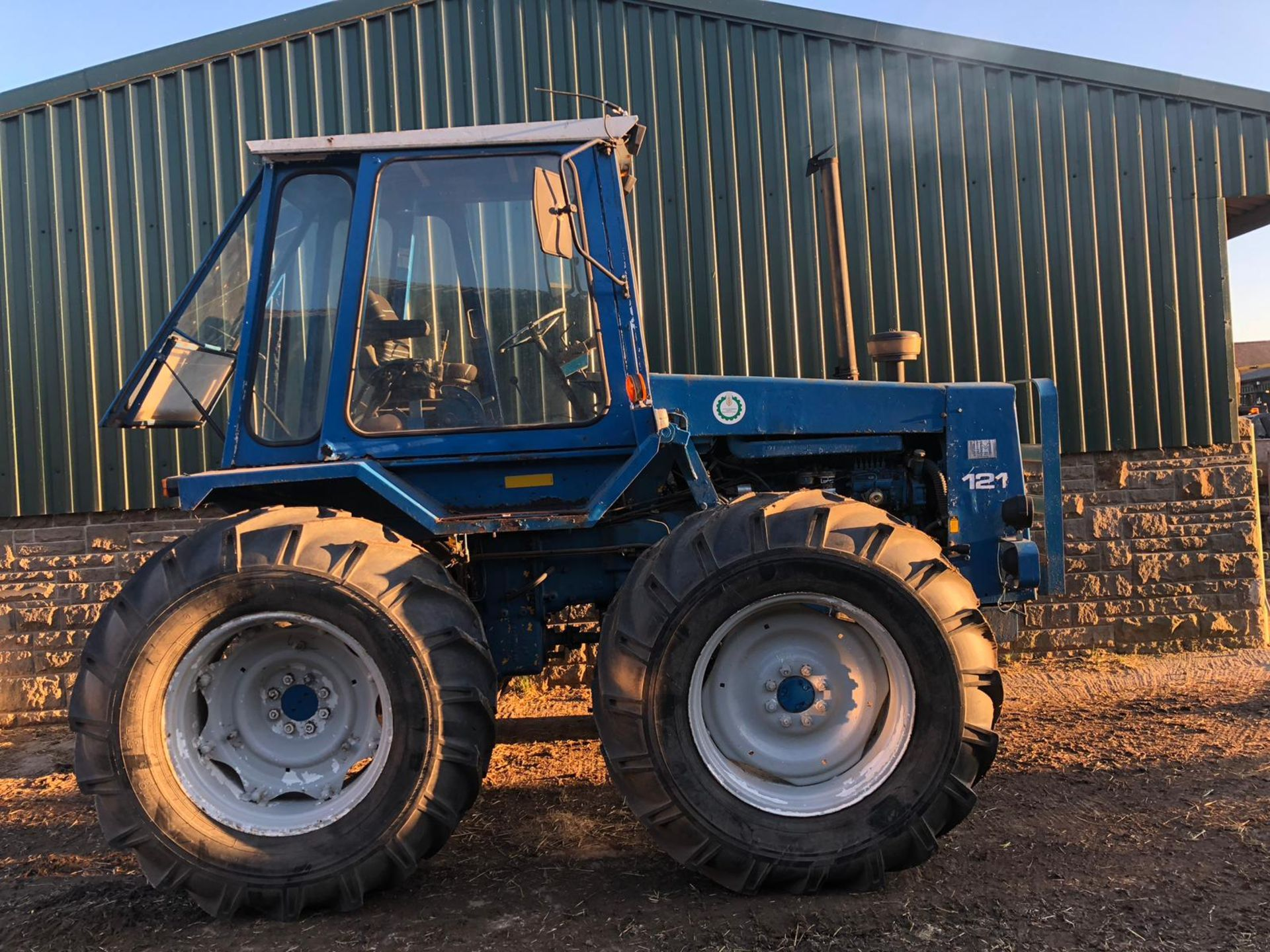 Lot 218 - MUIR-HILL 121 HEAVY DUTY BLUE / WHITE DIESEL TRACTOR *PLUS VAT*