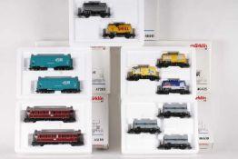 Märklin, zehn Güterwagen und zwei Personenwagen in fünf Wagen-SetsMärklin, zehn Güterwagen und