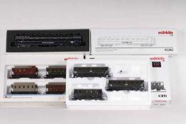 Märklin, ein Schnellzugwagen und sieben Personenwagen in zwei SetsMärklin, ein Schnellzugwagen und