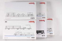 Märklin, sechzehn Güterwagen in fünf Wagen-SetsMärklin, sechzehn Güterwagen in fünf Wagen-Sets,
