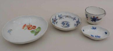MEISSEN, Staatl Porzellanmanuf, bestehend aus Moccatasse, Mingdrachen blau, rot, schwarz, Mocca-