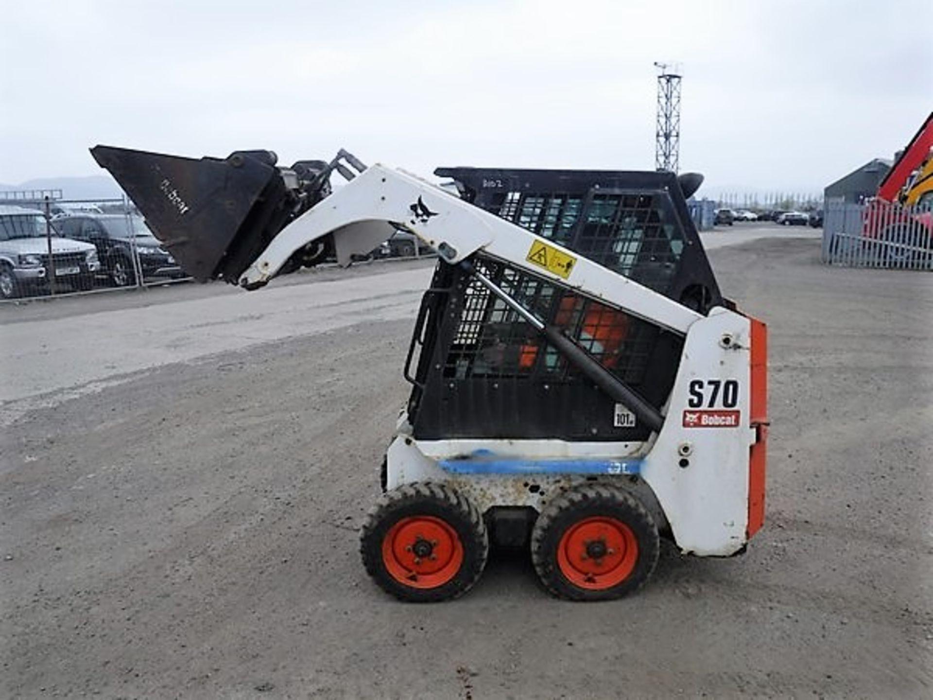 Auktionslos 856 - BOBCAT S70 c/w one bucket. 229hrs. S/NA8ET20651. *NO KEYS*