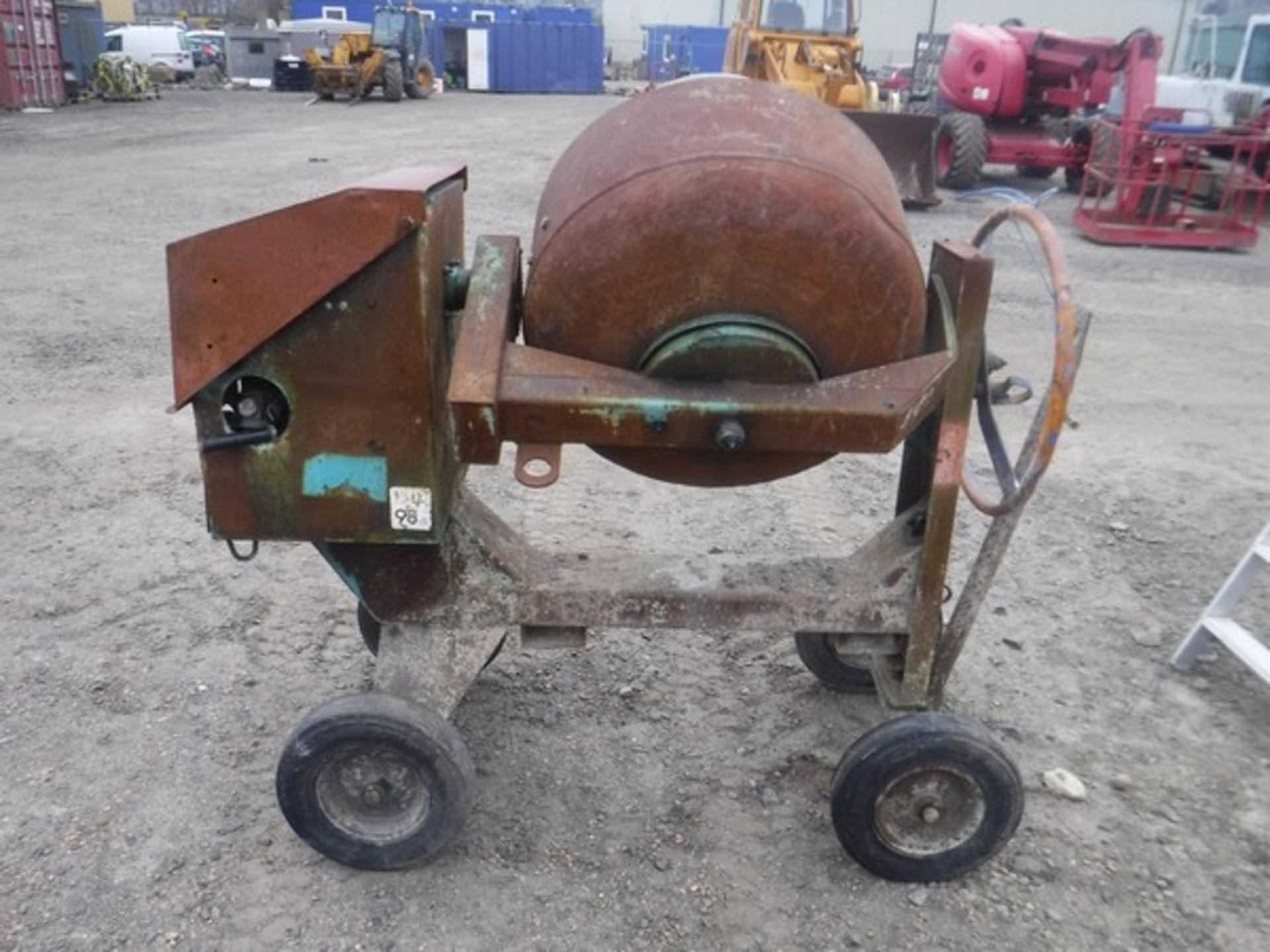Auktionslos 280 - BARROW diesel cement mixer c/w handle