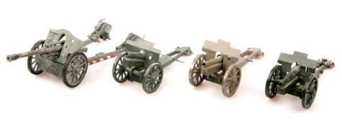 Deutschland um 1940, 4 plastische Geschütze, verschiedene Hersteller, Herstellerbemalung, passend zu