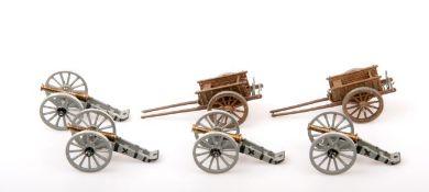 19. Jahrhundert, 4 plastische Geschütze (grau) und 2 einachsige Karren, Herstellerbemalung, Neckel