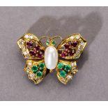 Schmetterlingsbrosche. Rubine und Smaragde. Diamanten ca. 0,30 ct. Fassung 18 ct. GG. L 3 cm- - -
