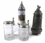 Vier BierkrügeH. 15/29 cmModern. Glas, Porzellan, Zink. Min. besch.Provenienz: Aus einer