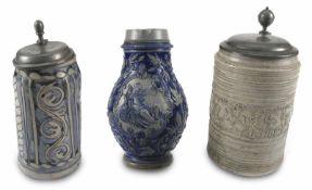 Drei Steinzeug-KrügeDuingen, um 1700/Westerwald, Ende 19. Jh.H. 23/26,5 cmSteinzeug, Salzglasur, u.