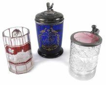 Drei Bierkrüge aus Glas19. JahrhundertH. 12/17 cmHumpen aus kobaltblauem Glas, schauseitig im
