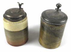 Zwei Ton-WalzenkrügeNorddeutsch, 18./19. Jh.H. 18/19 cmDer eine mit Zinndeckel, gemarkt Rendsburg