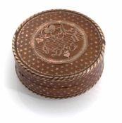 Goldpique-TabatiereFrankreich, Paris, um 1780D. 6 cmRundes Döschen aus Schildpatt mit