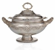 Viktorianische Silber-TerrineSheffield, 1861L. 38 cmOvale Grundform. Bordüren aus Blüten zwischen