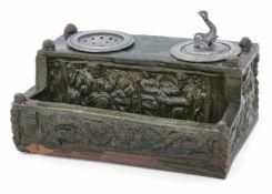 SchreibzeugWohl 17. JahrhundertB. 18 cmTon, dunkelgrün glasiert. Reliefierte Rechteckreserven mit