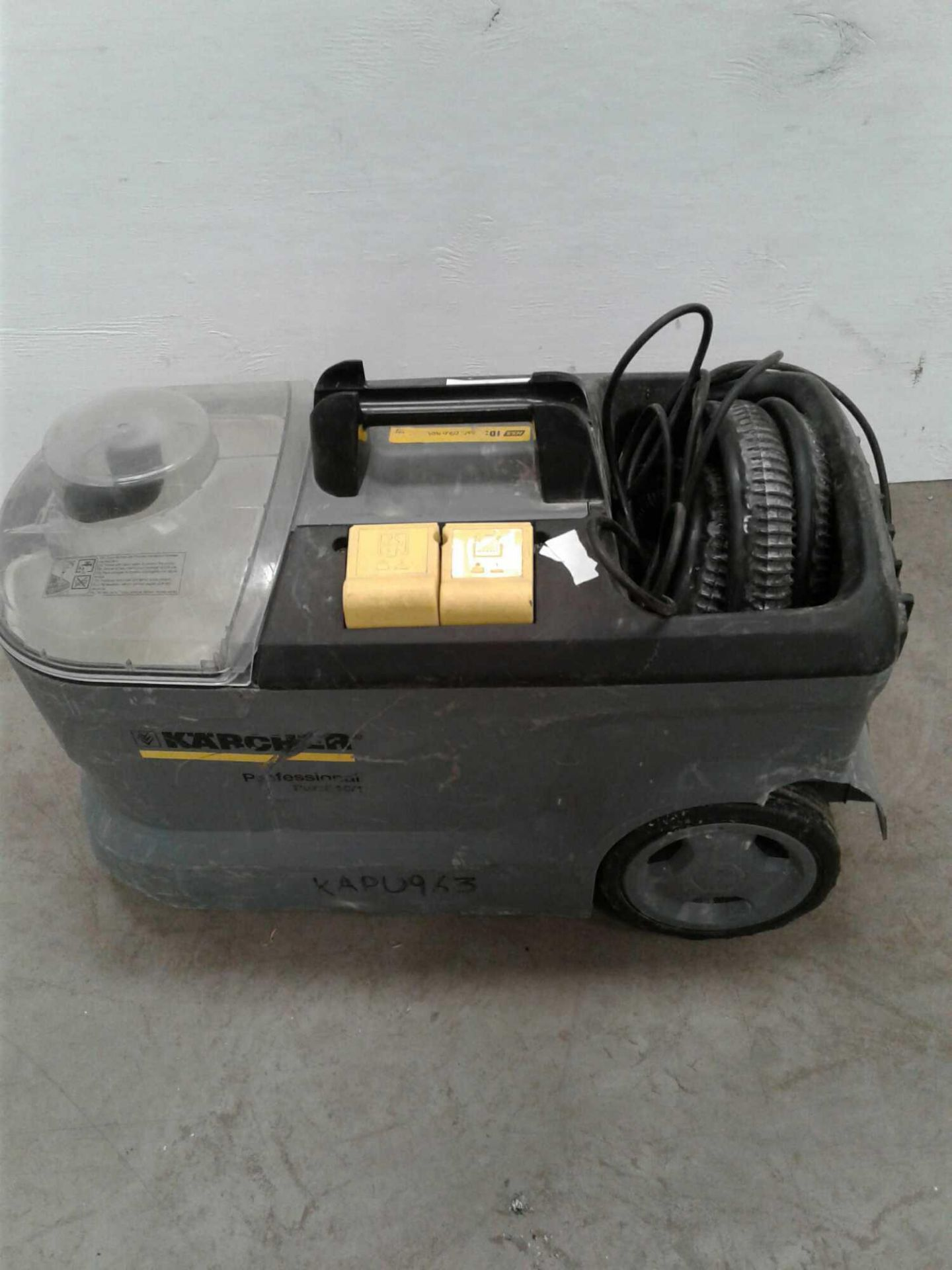 Lot 30 - Karcher carpet cleaner 230v