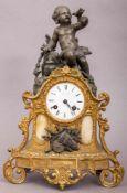 Antike Kaminuhr, Paris um 1900. Bronziertes & vergoldetes Metallgussgehäuse, Werk & Ziffernblatt