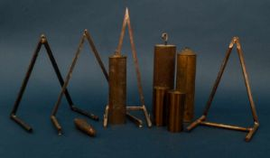 10teiliges Konvolut Uhren-Zubehör, bestehend aus: 4 x Wandbock für z. B. Comtoise-Uhren & 6