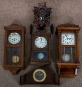 5teiliges Konvolut versch. Uhren, bestehend aus 4 Wanduhren & 1 Tischuhr. Versch. Alter, Größen &