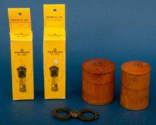 Kleines Uhrmacherkonvolut bestehend aus 2x Triebnietpunzen (19. Jhdt., in Kirschbaumdöschen), 1x