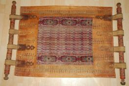 Kinderwiege, Afghanistanbreite geprägte und verzierte Ledereinfassung mit Ösen und Stangen. Ca.