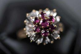 Damenring, GG/WG 585ausgefasst mit 7 rund-facettierten Rubinen, ca. 3,5 mm sowie 16