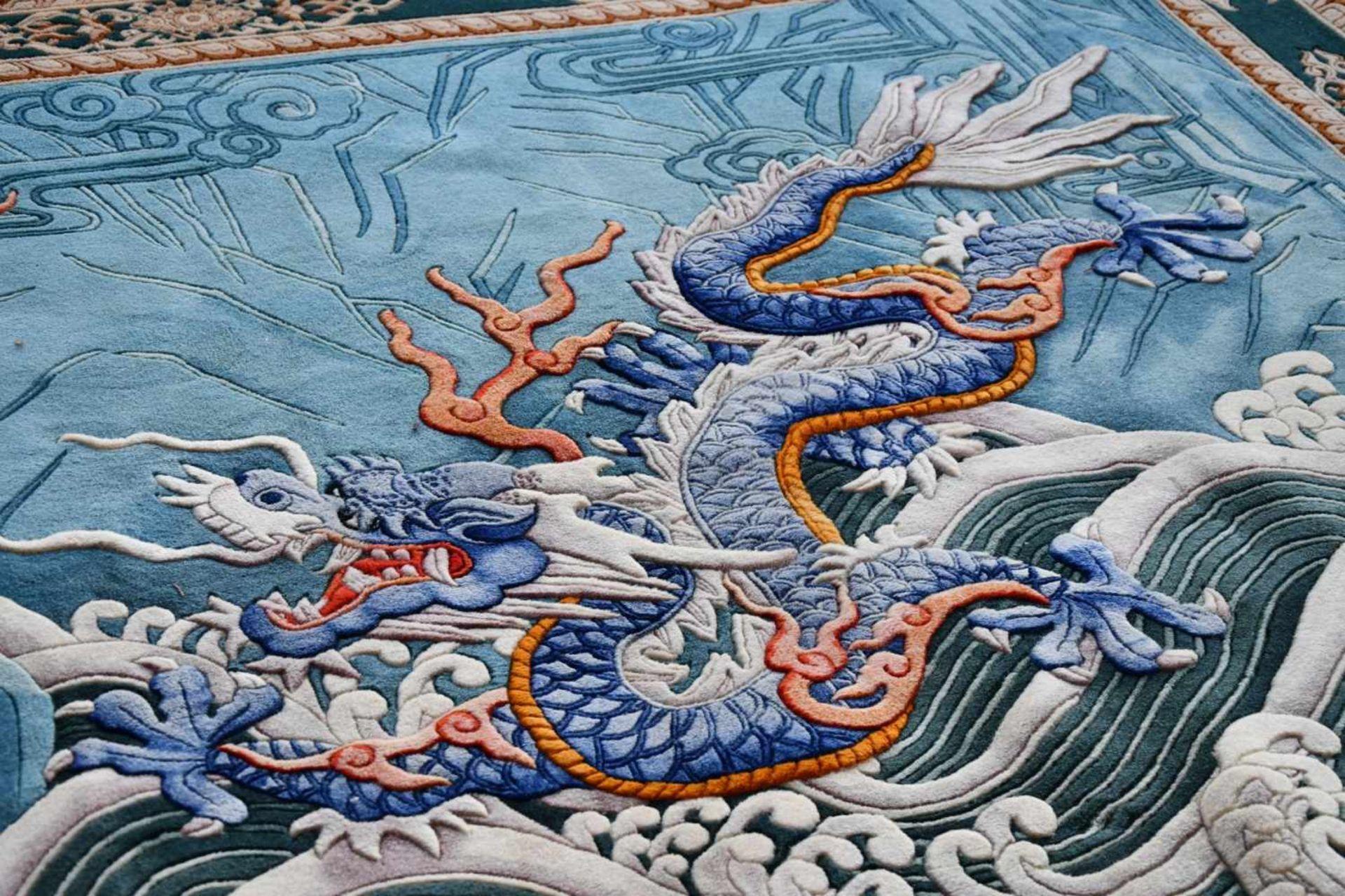 Großer Wandteppich, ChinaKampf des goldenen und blauen Drachen auf türkisfarbenem Fond, unten - Bild 4 aus 6