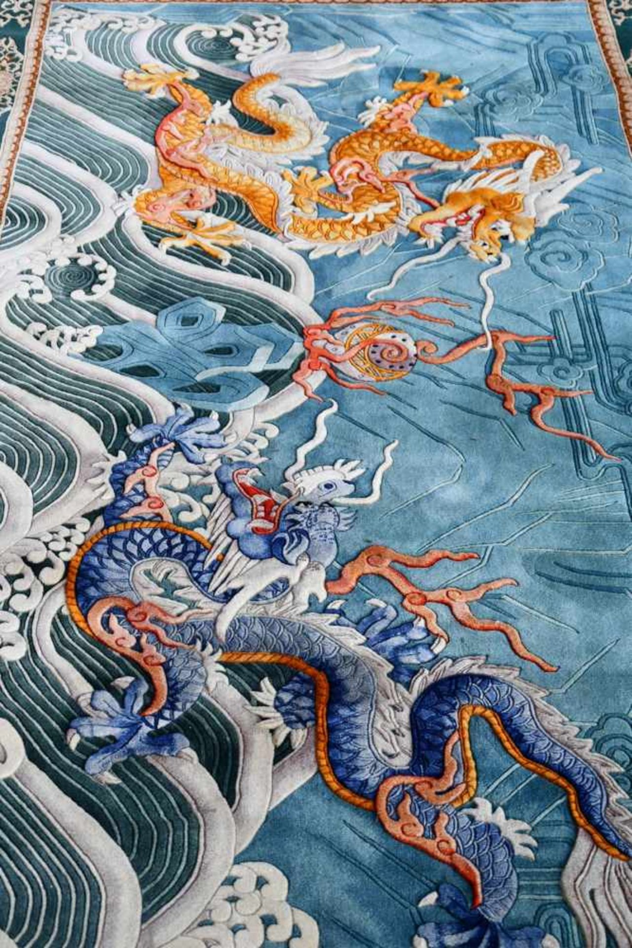 Großer Wandteppich, ChinaKampf des goldenen und blauen Drachen auf türkisfarbenem Fond, unten - Bild 3 aus 6