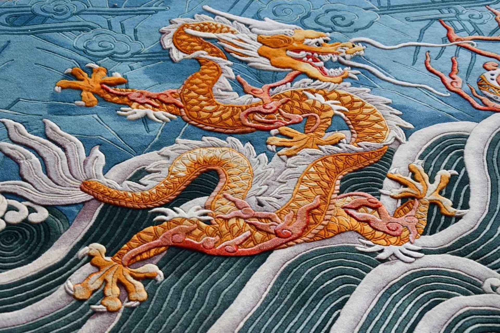 Großer Wandteppich, ChinaKampf des goldenen und blauen Drachen auf türkisfarbenem Fond, unten - Bild 2 aus 6