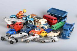 Kleine Sammlung ModellautosDinky: 2 x 1939er Peterbilt, 1 x 1948er Diamond T, 1 x Bus ; Schuco: 1